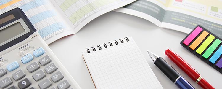 保険契約の資料を調べる
