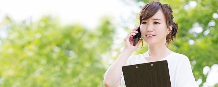 民間保険の見積もりを相談する女性
