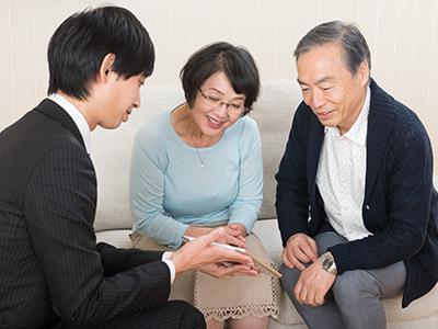 保険の説明を受けるシニア夫婦