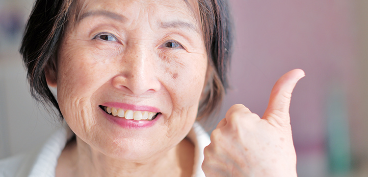 保険で老後の備えは万全な高齢女性