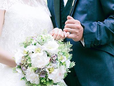 結婚式での幸せそうな新婚夫婦