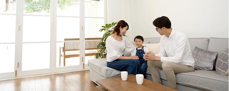 家族がソファに座っているイメージ