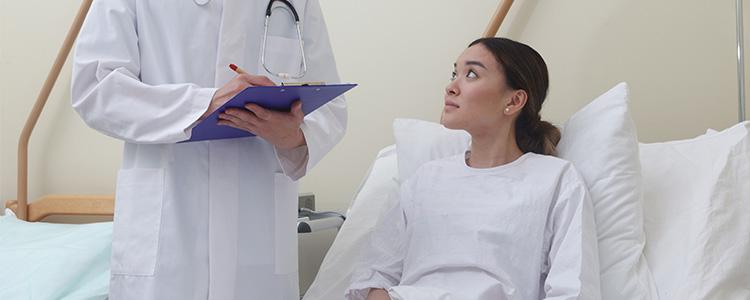 入院する女性